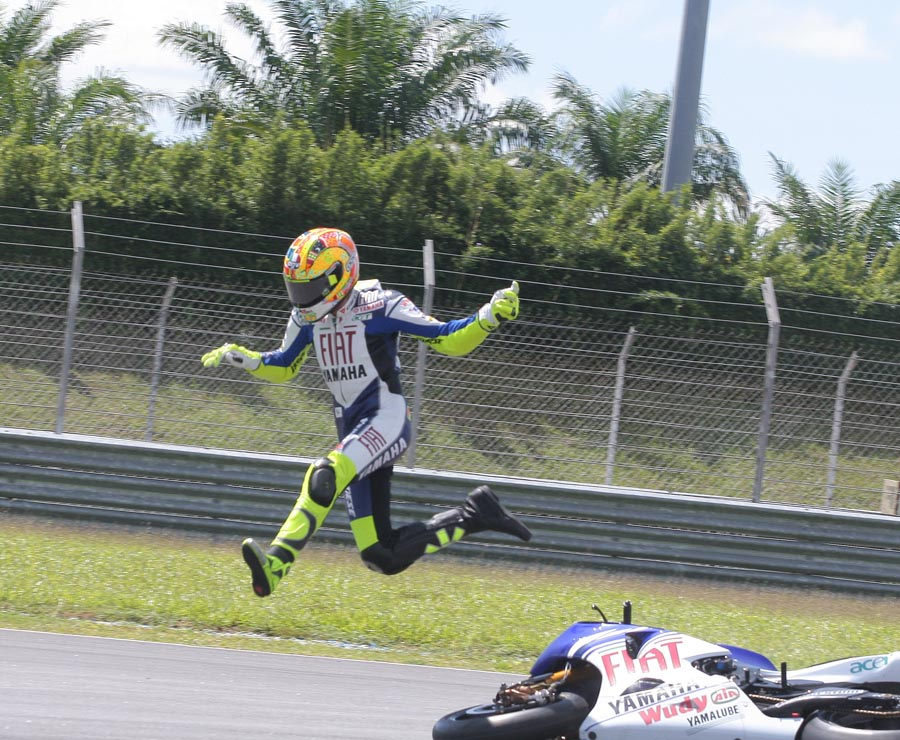 Fotos engraçadas 22532d1245250992-funny-motorcycle-pictures-crash-rossi-2008